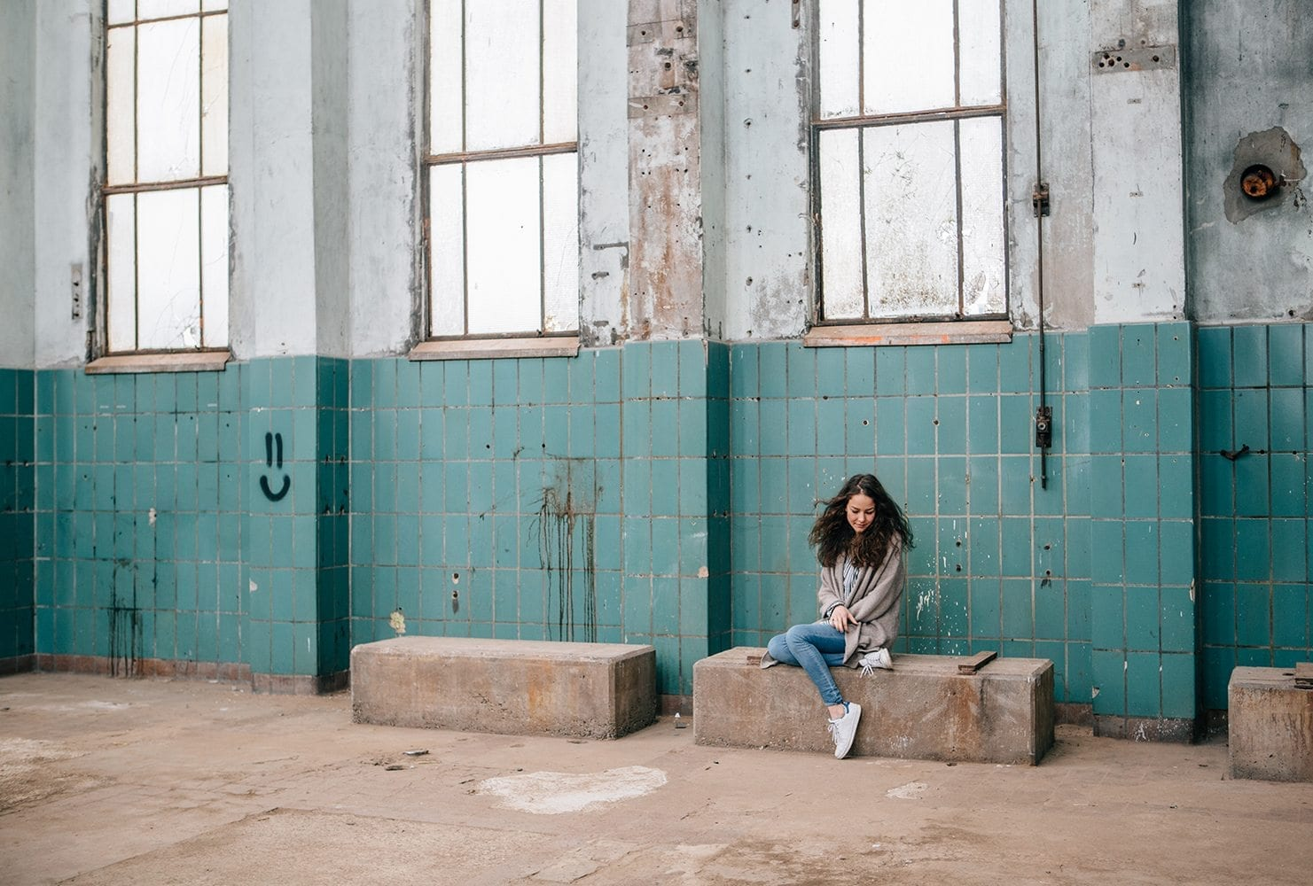 industrial look model session in Krachtcentrale in Huizen with beautiful brunette young girl