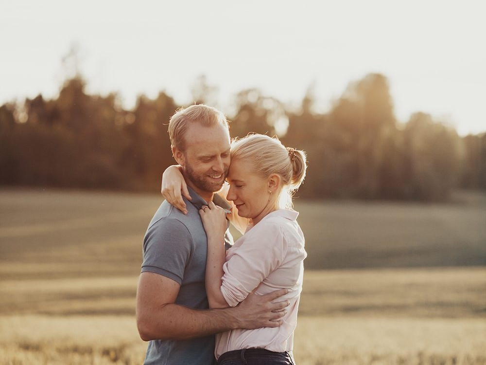 An engagement photoshoot in Norway during sunset golden hour