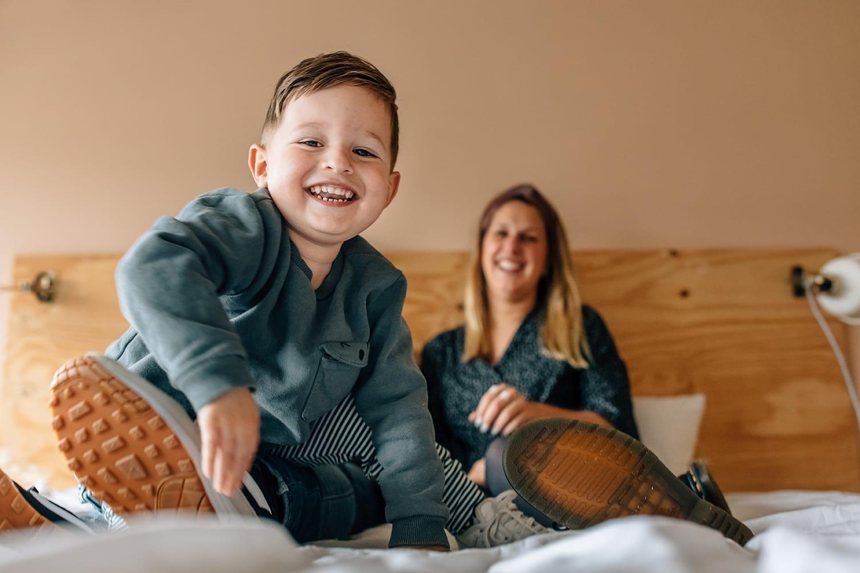 thuis familie fotosessie met moeder missjettle en zoon in bed
