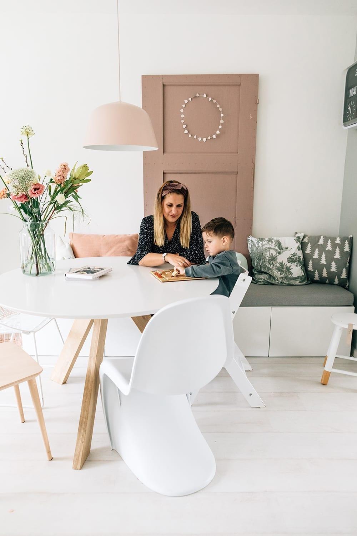 doorkijkfoto in thuis familie fotosessie met moeder missjettle en zoon in woonkamer