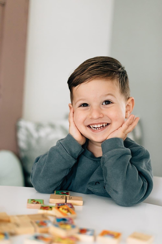 gelukkige jonge in een thuis familie fotosessie met missjettle