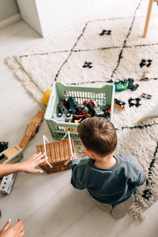 thuis familie fotosessie jongetje speelt met autos