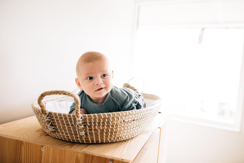 gelukkige baby jonge in een thuis familie fotosessie met missjettle