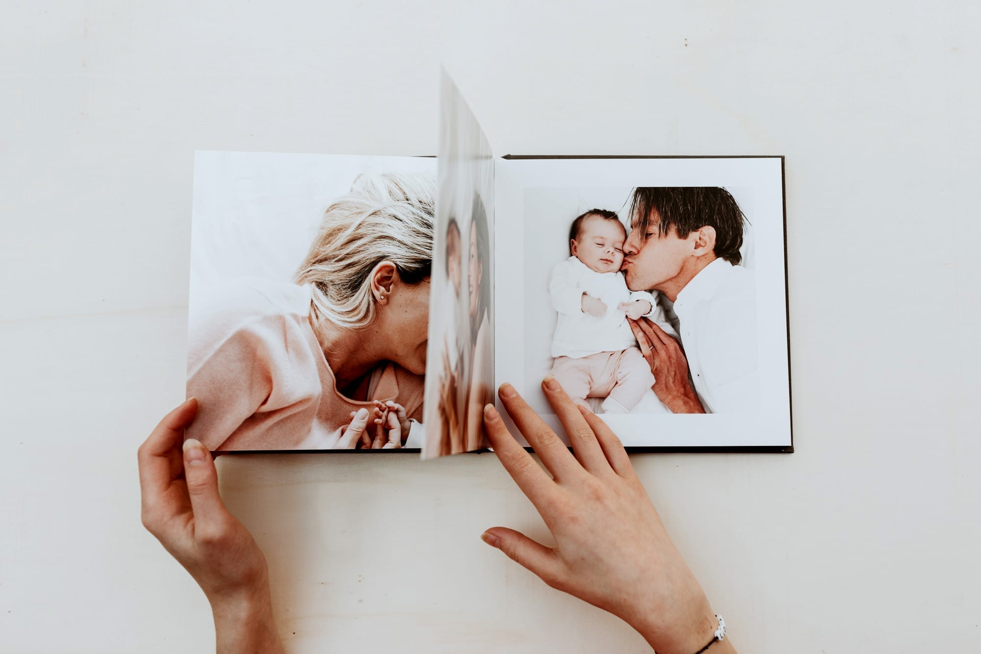 iemand bladdered in een professionele fotoalbum met familiefotos