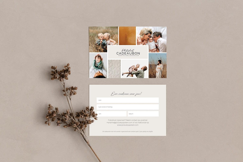 foto van een fotoshoot cadeaubon te koop bij picturelyspoken familie fotografie op een lichtbruine acthergrond