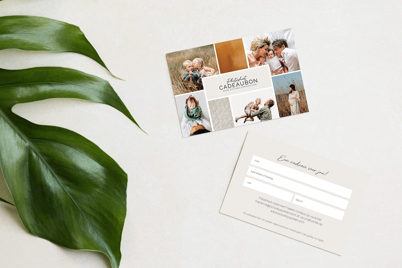 foto van een fotoshoot cadeaubon te koop bij picturelyspoken familie fotografie op een lichte achtergrond en met een groen blad