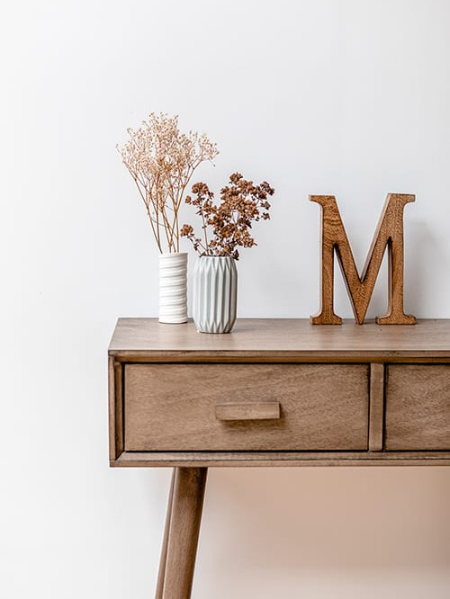 Interieur foto van bruine kast, droge bloemen en een houten M en een witte muur - personal branding fotograaf Marianne Hope