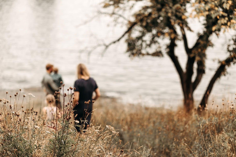 familie fotoshoot buiten met een familie van vier, moeder, vader, jonge en meisje