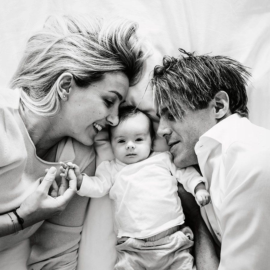 zwart-wit gezinsfoto met baby